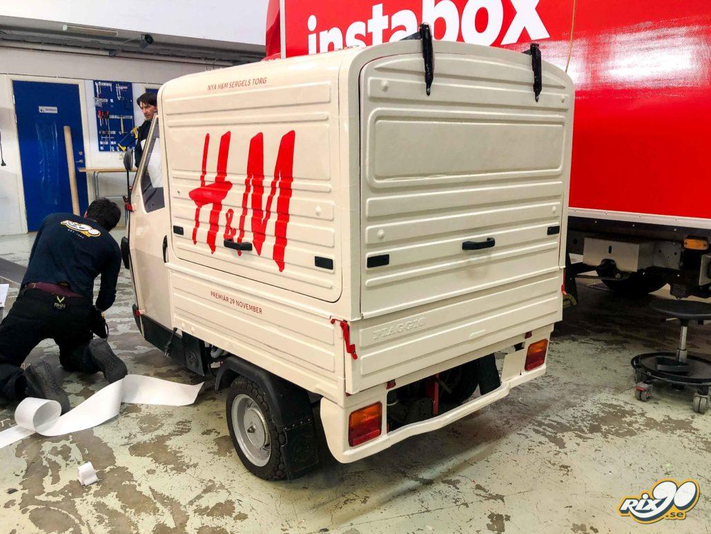 Helfoliering och loggning till APE 500 för event åt H&M