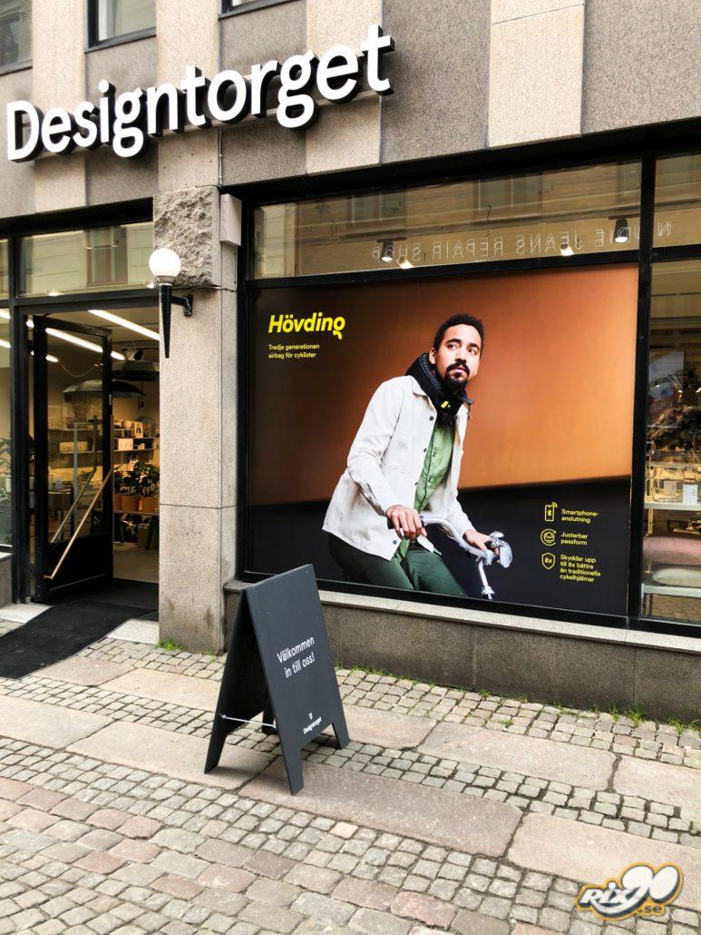 Foliering av fönster i butik för reklamkampanj åt Hövding runtom i hela Sverige