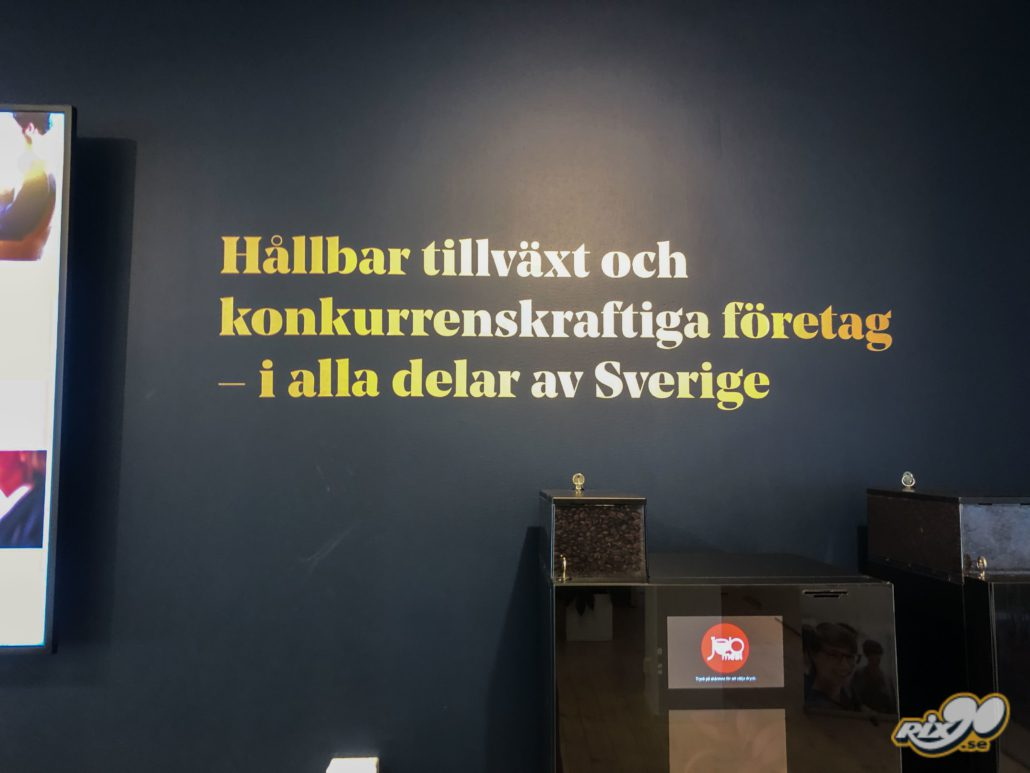 Folie i guld på vägg i butiker och lokaler