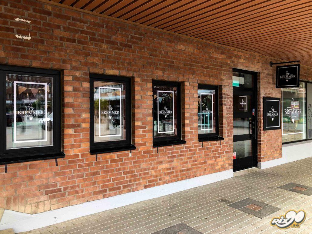 Logotyper och texter till butiksfönster i Stockholm