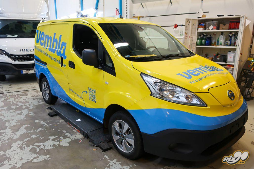 Foliera bil. Helfoliering av Nissan NV200 till Vembla i gula och blå