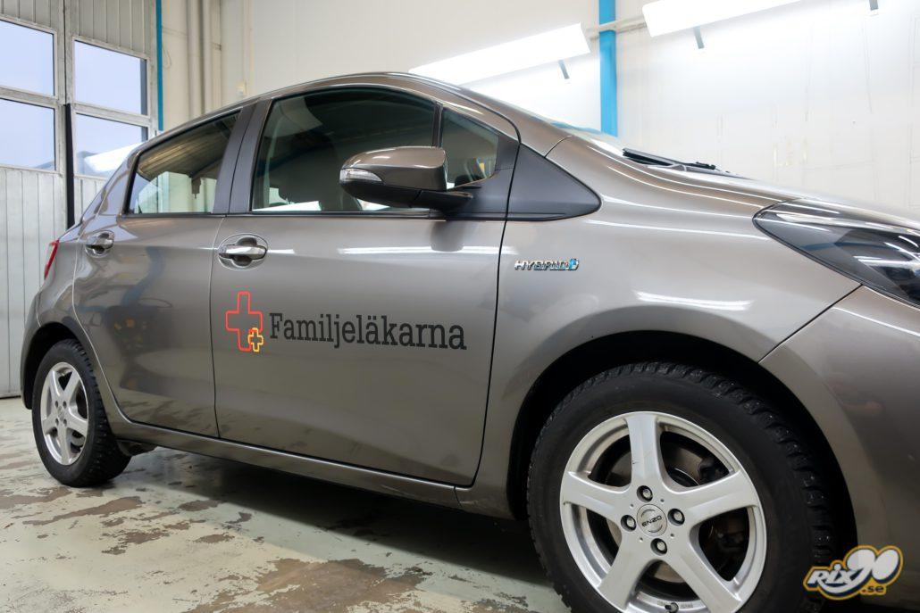 Bildekaler med logotyp på tjänstebilar till Familjeläkarna i Stockholm