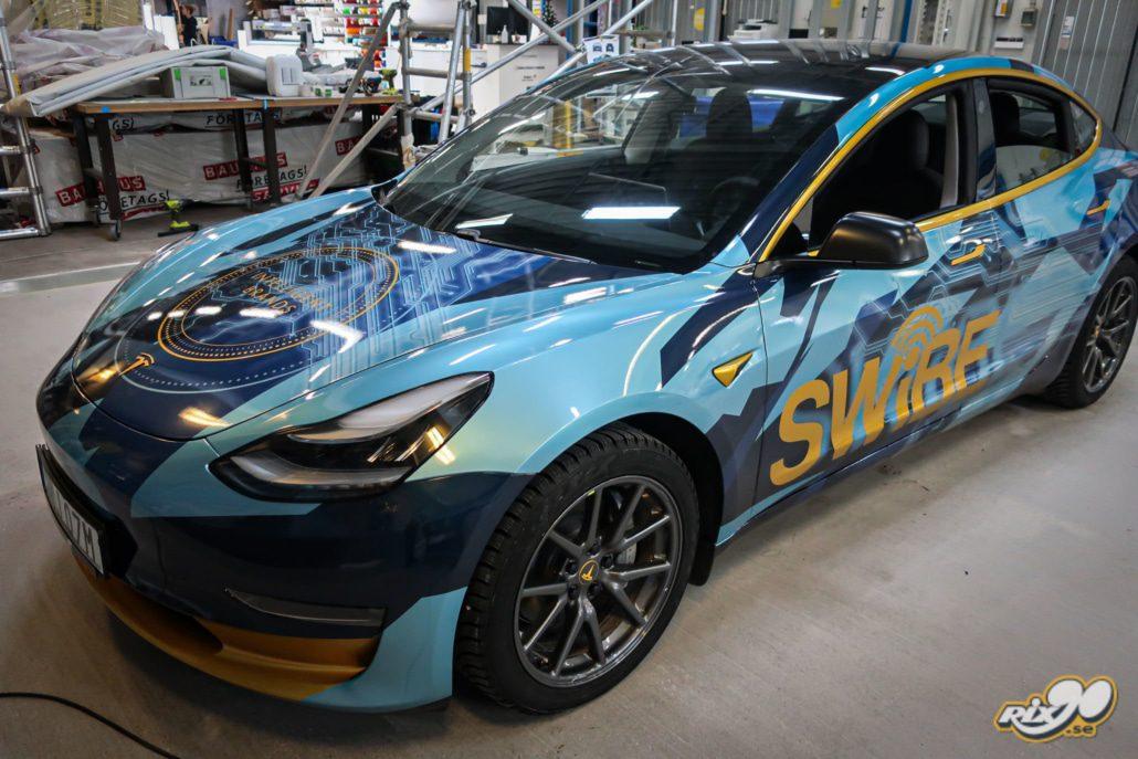 Helfoliering av Tesla i printad metallic till Swibe i Stockholm